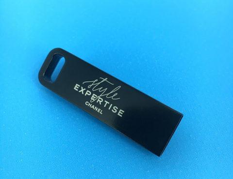 Clé USB IRON noire en métal avec gravure laser