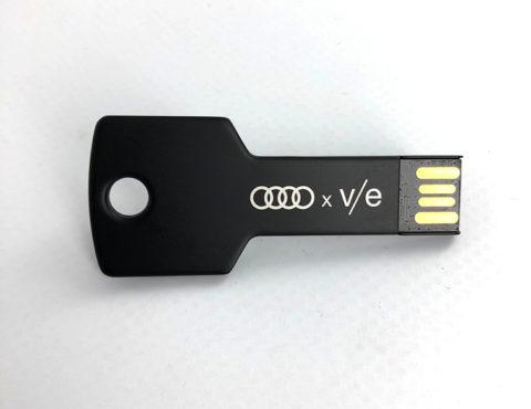 Clé USB noire avec gravure laser – AUDI